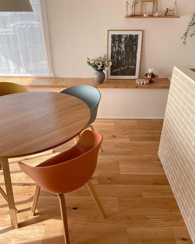 カラフルな椅子を配置した北欧インテリア