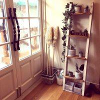 ほうきのおしゃれな収納10選。室内〜室外まで、出し入れしやすいおすすめの方法