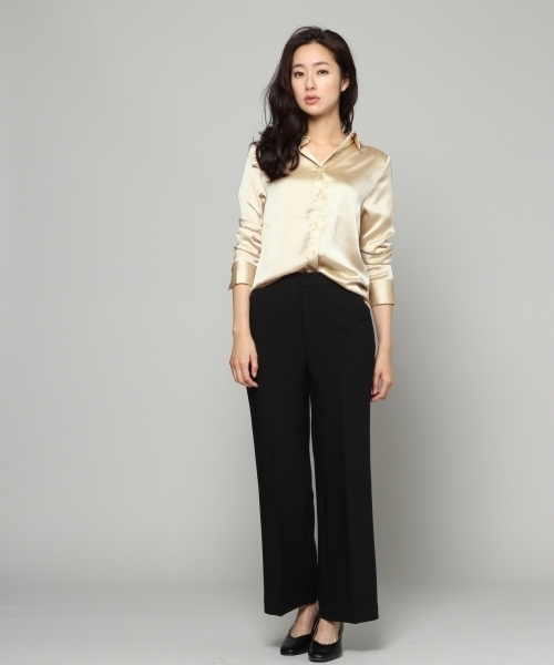 金レギュラーシャツ×黒ワイドパンツ
