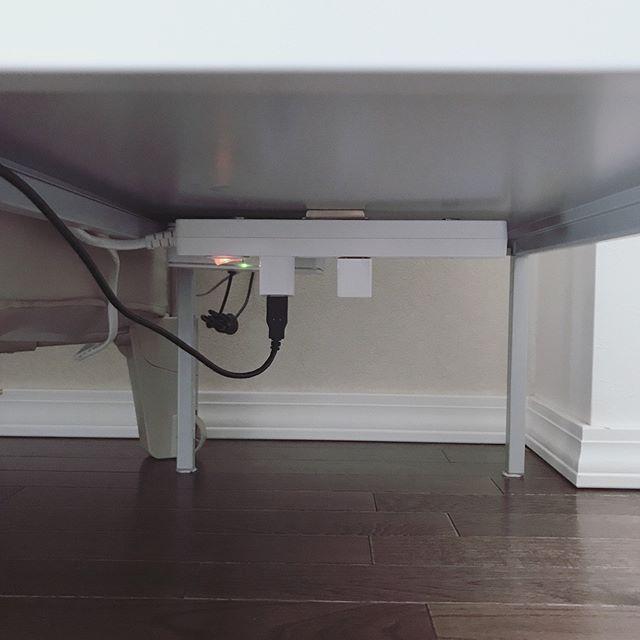 机の下に電源タップを隠すアイデア