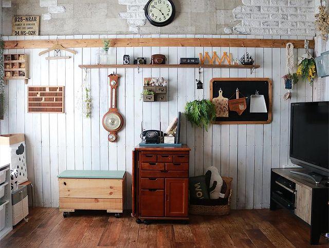 古い家具がしっくり馴染む団地のリビング