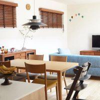 リビングをブラインドで飾るインテリア実例。部屋の魅力を上げるおしゃれのコツって?
