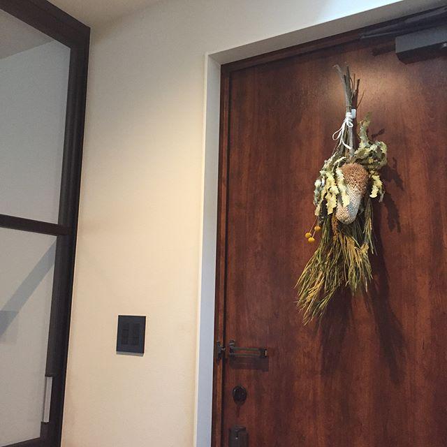 玄関ドアに吊るす