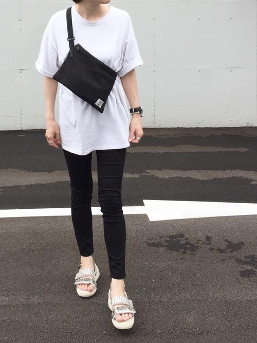 シンプル白Tシャツ×メタルスニーカーサンダル