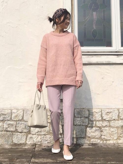 白巾着バッグ×ピンクパンツの春コーデ