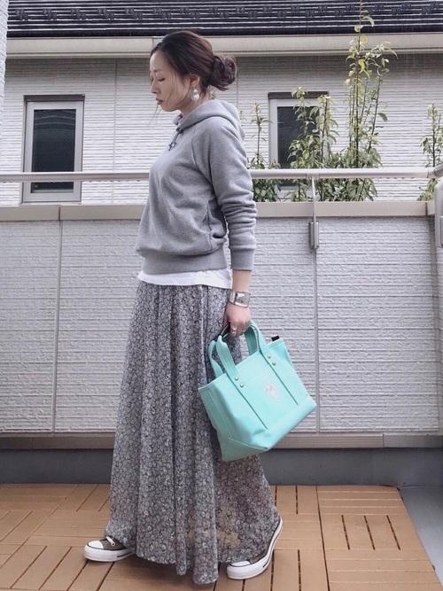 春の水色スカートの大人向けコーデ4