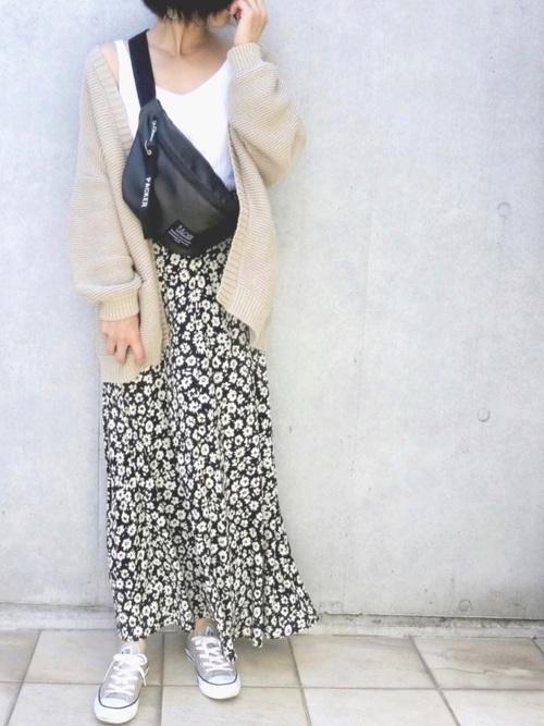 黒ウエストポーチ×黒花柄スカートの春コーデ
