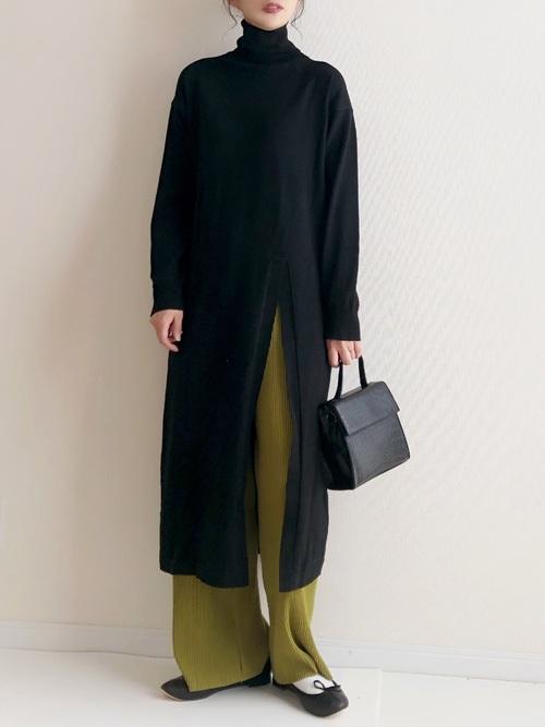 黒ロングワンピース×グリーンパンツの秋コーデ