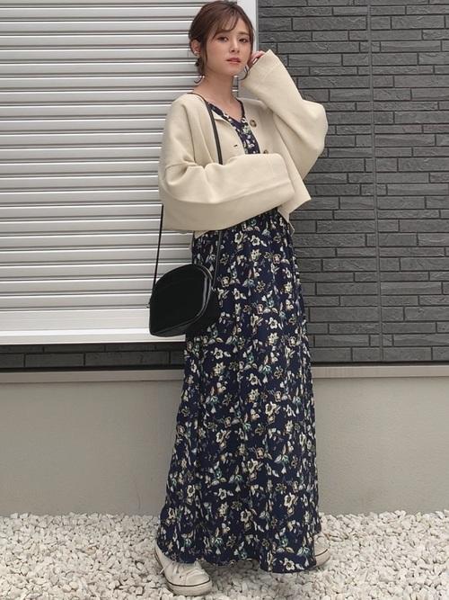 ベージュトップス×花柄ワンピース