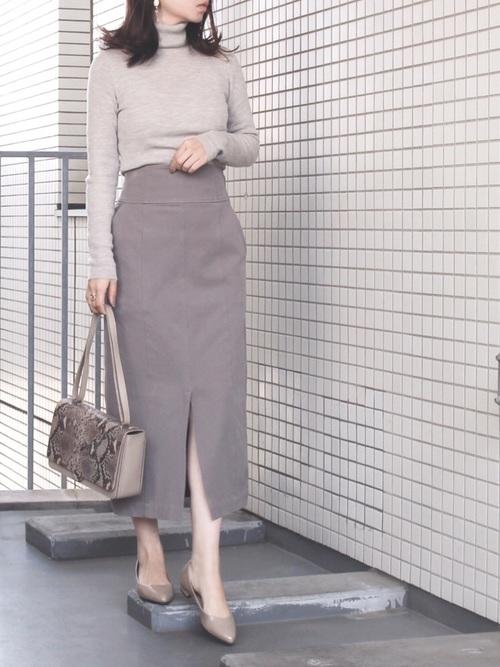 ベージュトップス×茶タイトスカート