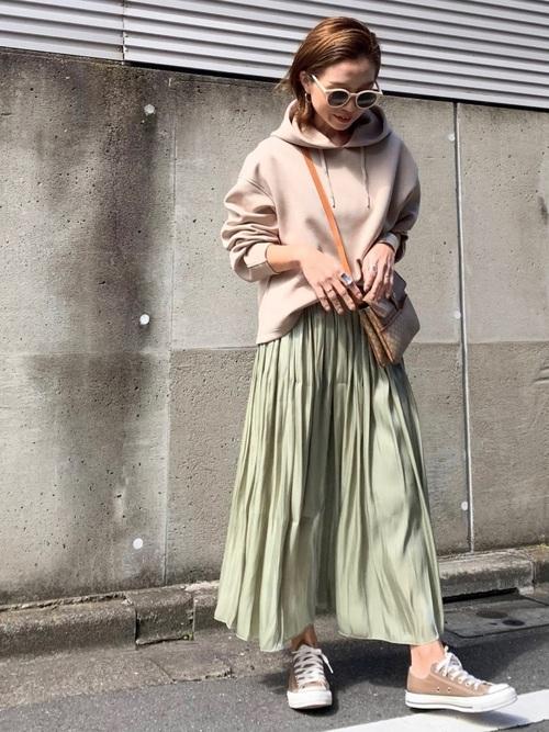 ベージュトップス×緑スカート