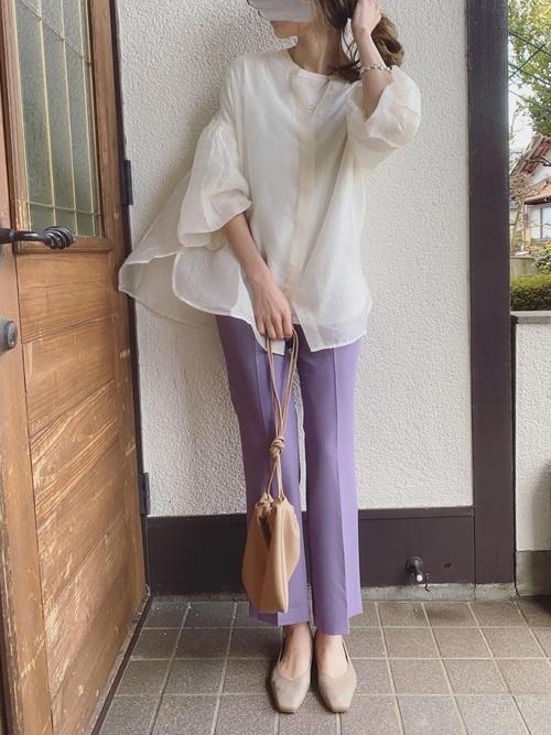 白シアーブラウス×紫パンツ