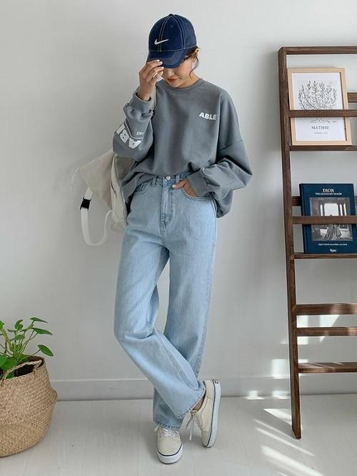 白リュック×水色デニムパンツの40代向け春コーデ