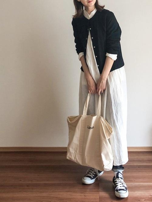 黒カーディガンを羽織ったシンプル春コーデ