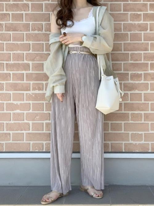 シアーシャツ×ベージュパンツの低身長コーデ