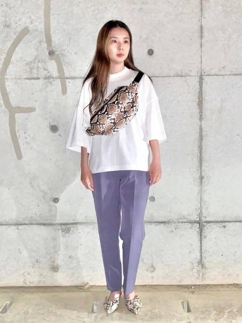 パイソン柄ウエストポーチ×紫パンツの春コーデ