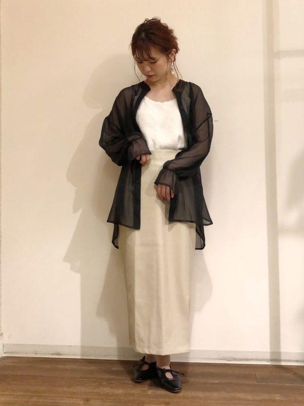 黒シアーシャツ×レザースカートコーデ