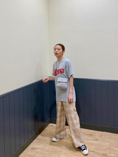 グレーTシャツ×チェックパンツの低身長コーデ