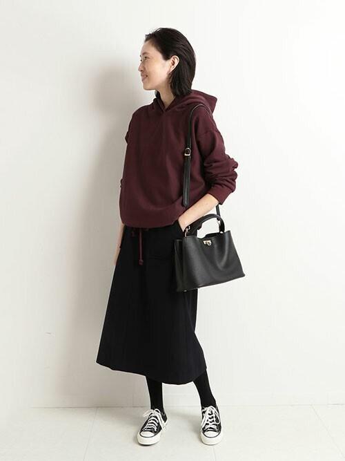 ワインレッドパーカー×黒スカート
