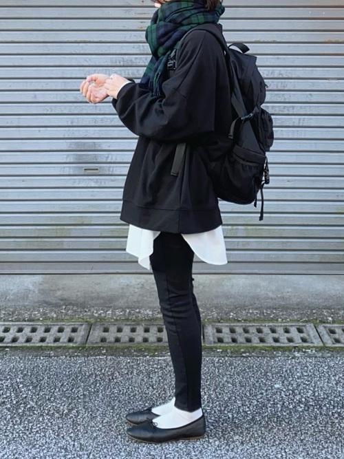 黒スウェット×黒スキニーのレイヤードコーデ
