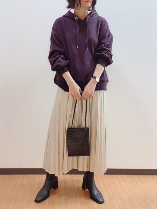 紫パーカー×金グリッタープリーツスカート