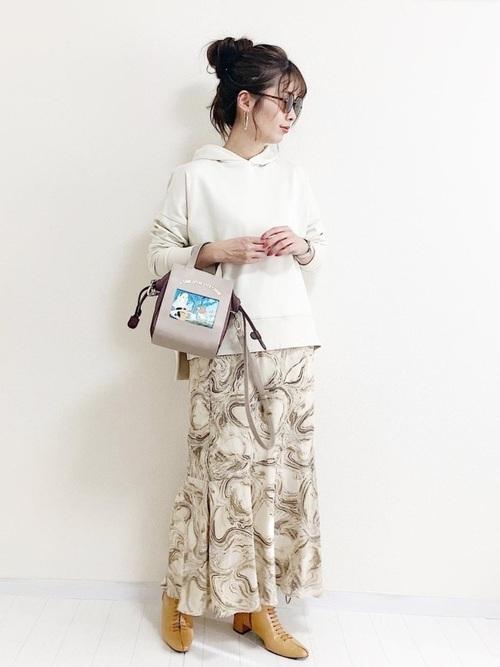 大人っぽいムードのプリントスカート