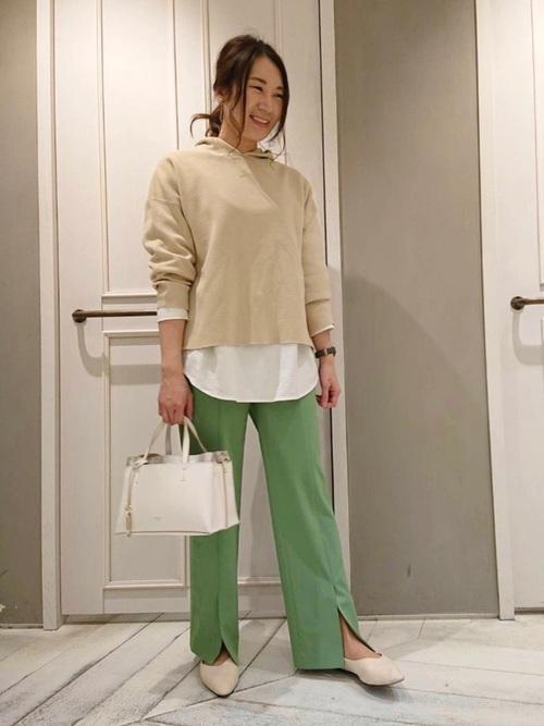 白トートバッグ×グリーンパンツの春コーデ