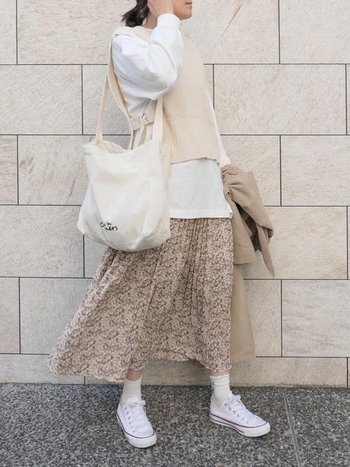 白トートバッグ×花柄スカートの春コーデ