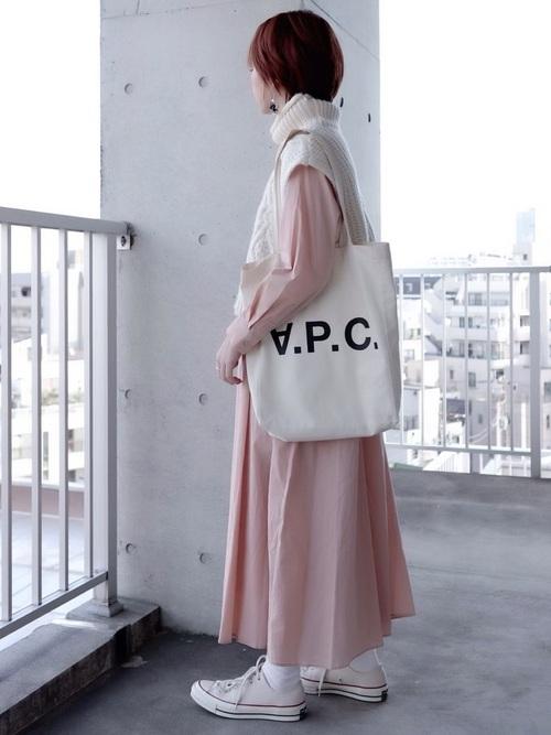 白ロゴバッグ×ピンクワンピースの春コーデ
