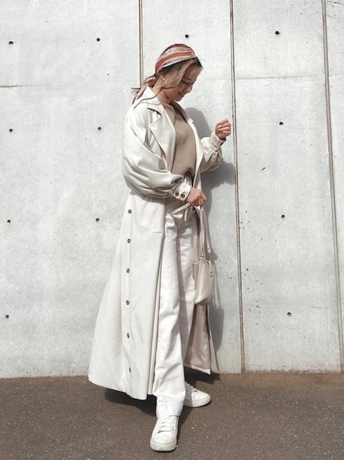 レッド系スカーフ×白デニムパンツの春コーデ