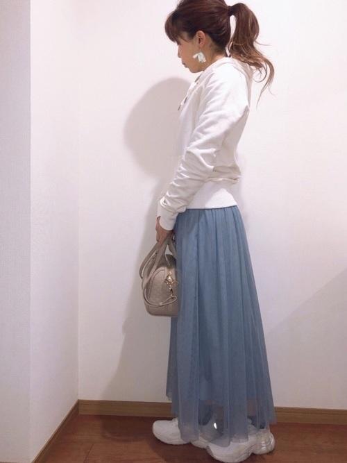 春の水色スカートの大人向けコーデ2