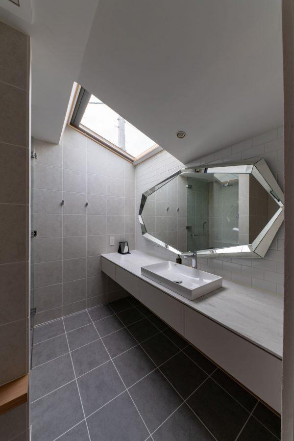 大きな8角形ミラーがおしゃれな洗面所
