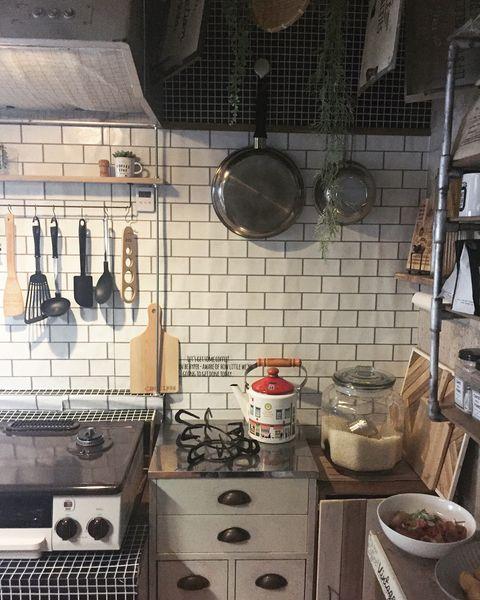 スッキリ吊り下げられる調理道具収納