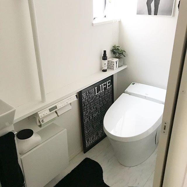モノトーンでシンプルなトイレ