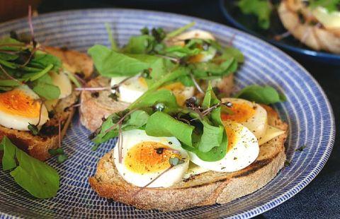 ゆで卵とルッコラのオープンサンド