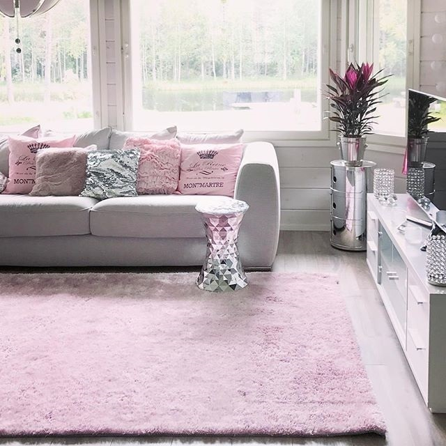 ホワイト×ピンクのおしゃれなリビング