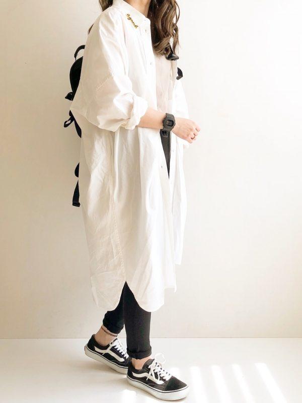 黒リュック×白シャツワンピースの着こなし