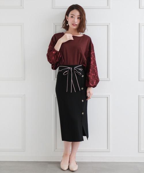 ワインレッドトップス×黒スカート