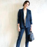 大人女性に合うパンツスーツの着こなし方。おしゃれ見えするアイテムって?