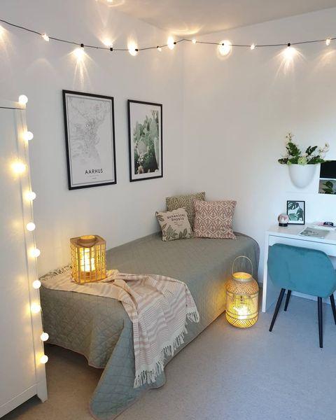 シンプルなモノトーン×ピンクの寝室