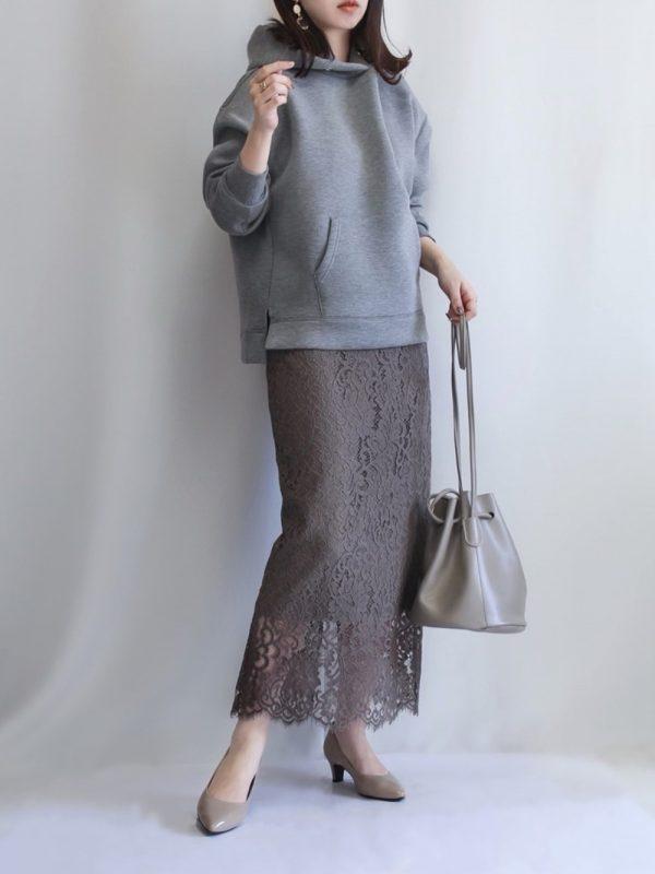 ブラウンレーススカート合わせのレディース春コーデ