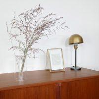 アートなガラス製の「フラワーベース」。お花の茎まで美しく飾る