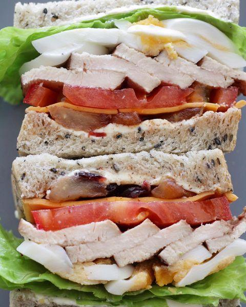 胡麻の食パンと鶏胸肉のサンドイッチ