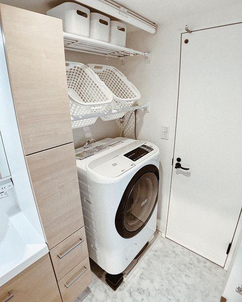 突っ張り棚を設置した洗濯機上収納