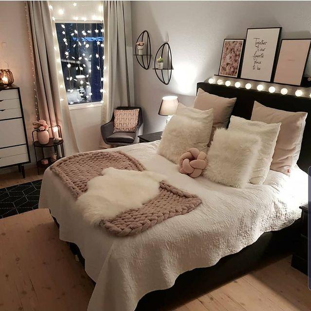ブラック×ピンクでメリハリのある寝室