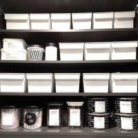 《100均》狭いキッチンの収納術。隙間を有効活用する片付けのコツをご紹介