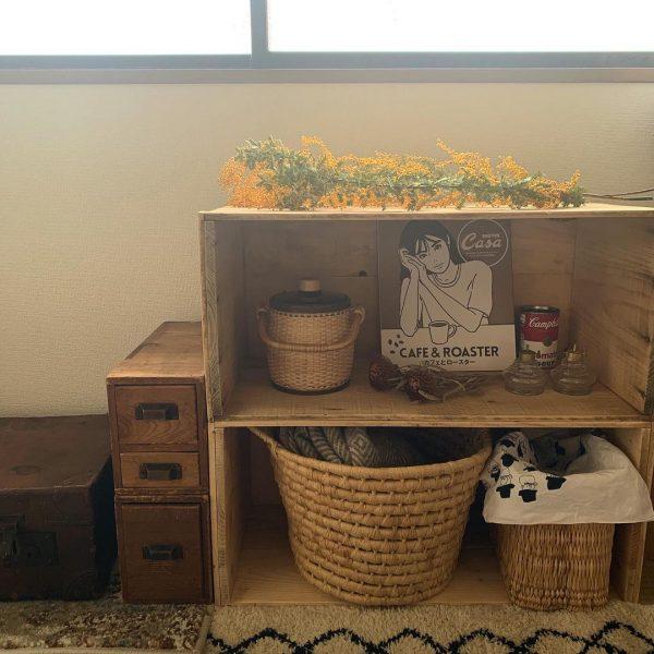 古道具やりんご箱、藤のかご、木のダイニングテーブル