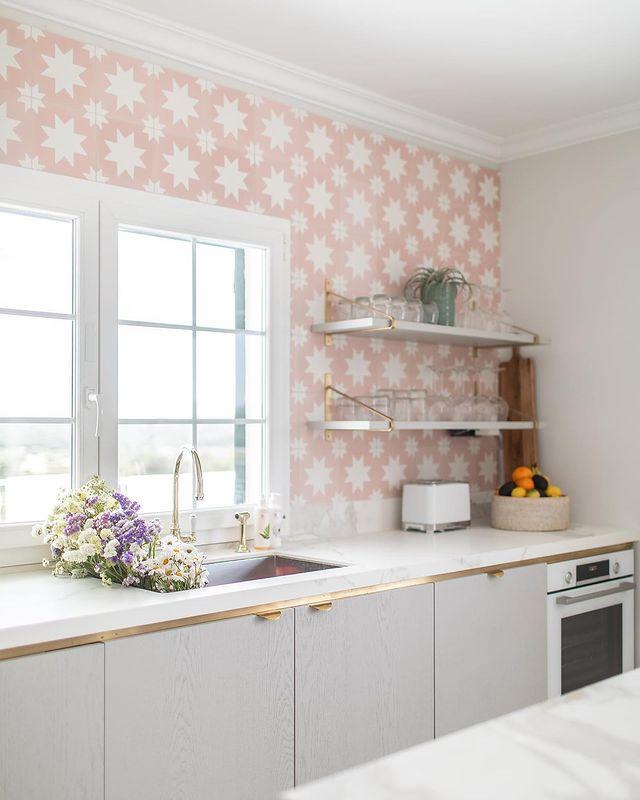 白×ピンク柄クロス×グレーのキッチン
