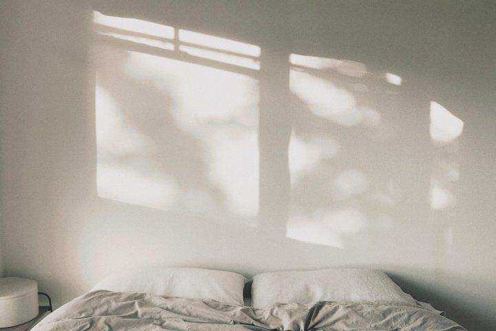 ベッドルームに差し込む木漏れ日