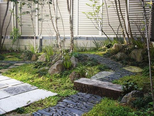 石畳が印象的な和風の庭